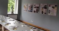 """Aleksandrs Čaks un Pāvils Vīlips pie """"Saimes galda"""" Ogres Vēstures un mākslas muzejā"""